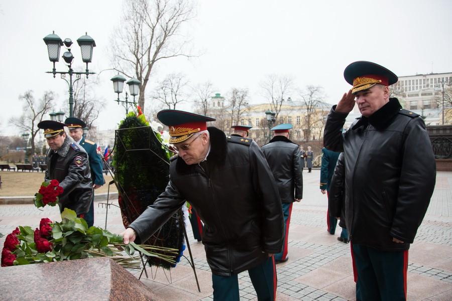 Возложение роз к памятнику
