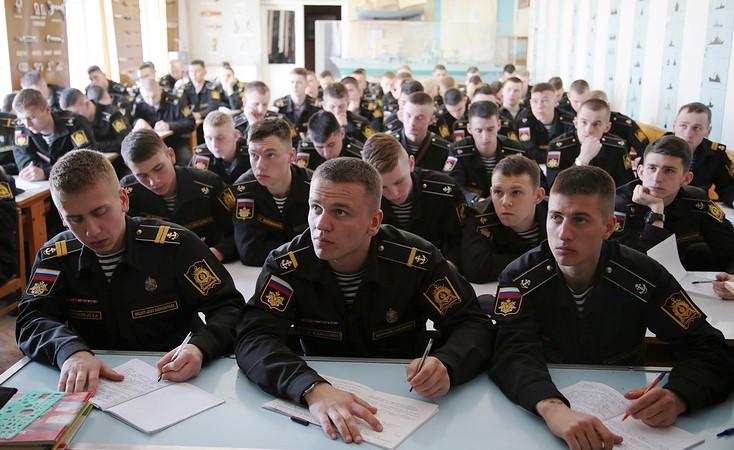 Курсанты военных ВУЗов на занятиях