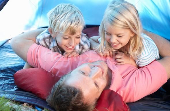 Молодой отец с детьми